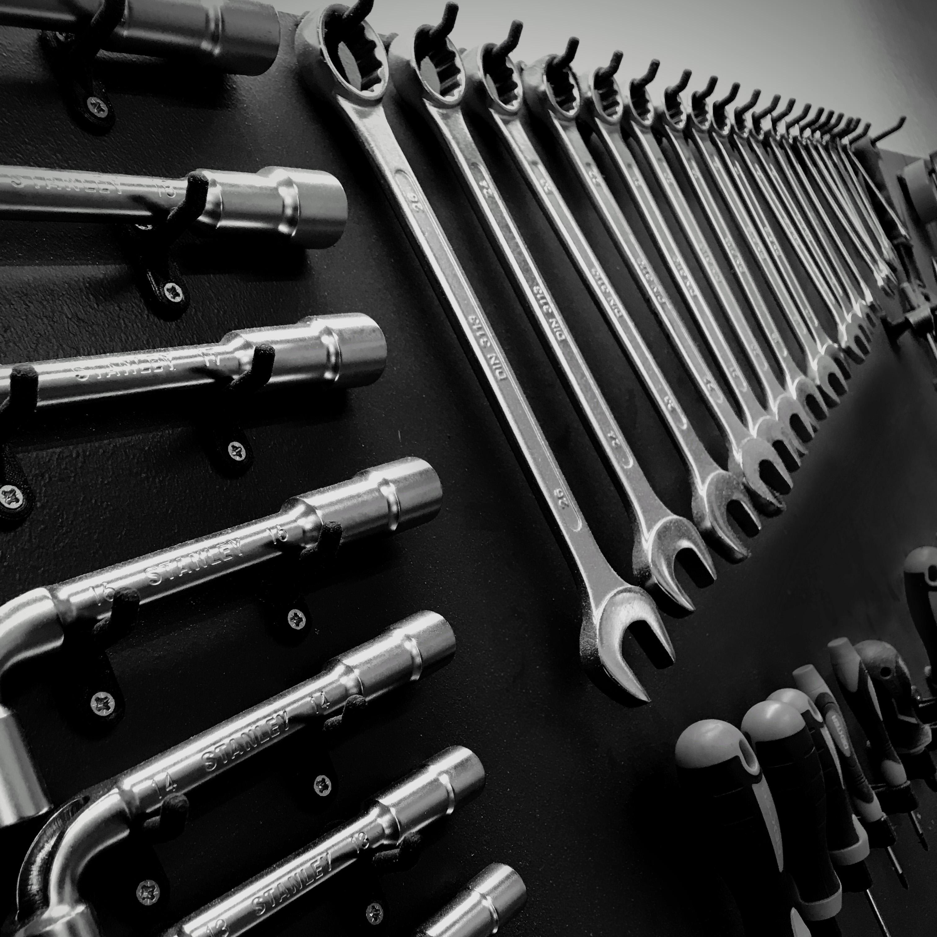 Outils rangés dans l'atelier artisanal brakio